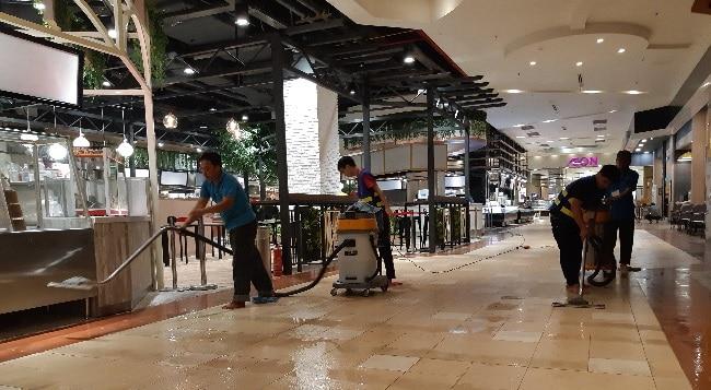 Nhân viên Công ty AN HƯNG đang lau sàn nhà tại AEON mall