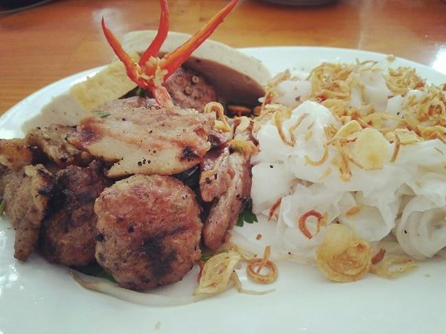 Top 10 đặc sản Hà Nam ăn 1 lần là nhớ mãi không quên - bánh cuốn chả nướng phủ lý