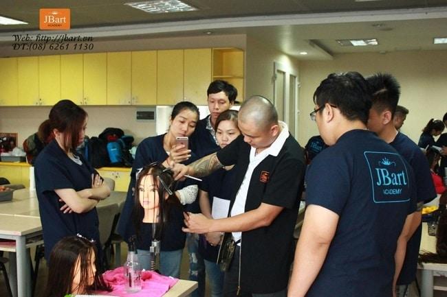 Nguyễn Hoàng là Top 11 Trung tâm dạy nghề cắt tóc chuyên nghiệp nhất tại TPHCM