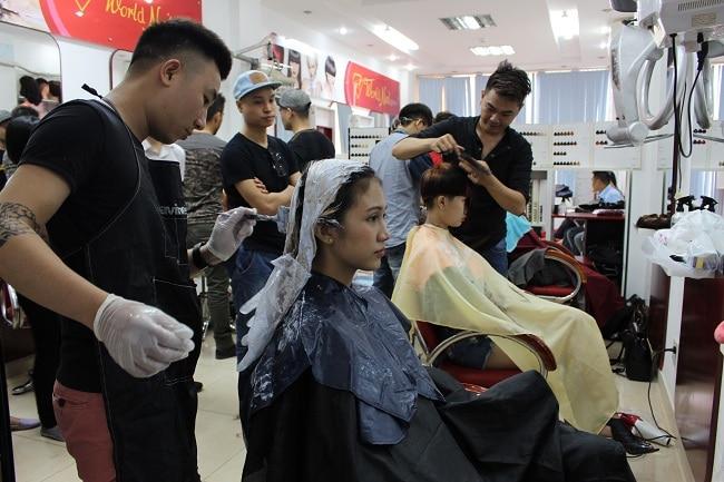 Học viên học đào tạo tóc tại World Nail School