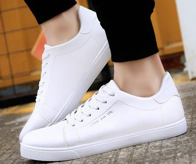 Cách làm sạch đế cao su giày trắng bằng vaseline