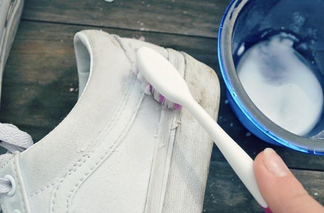 Cách làm sạch giày trắng đơn giản, hiệu quả nhất với giấm và baking soda