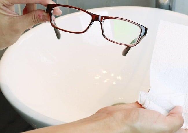 Cách vệ sinh kính mắt sạch và sáng như mới bằng nước