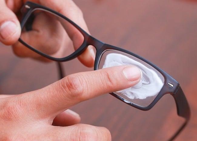 Cách vệ sinh kính mắt sạch và sáng như mới bằng kem đánh răng