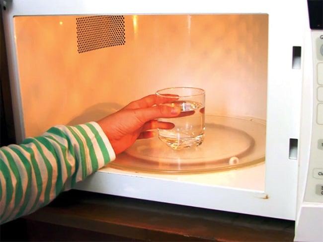 Giấm ăn là một trong những Cách vệ sinh & làm sạch lò vi sóng hiệu quả