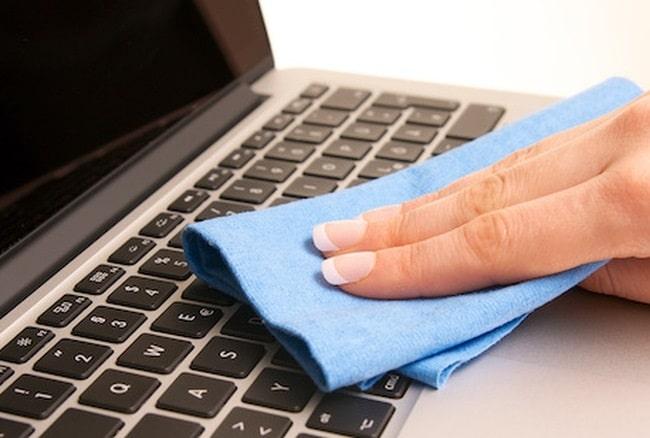 Nên vệ sinh phần cứng hay bên ngoài laptop