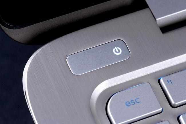 Cần tắt nguồn và ngắt các kết nối laptop trước khi tiến hành vệ sinh