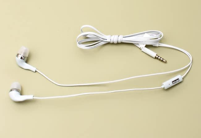 Nước tẩy trắng là một trong những Cách vệ sinh tai nghe điện thoại cực dễ dàng