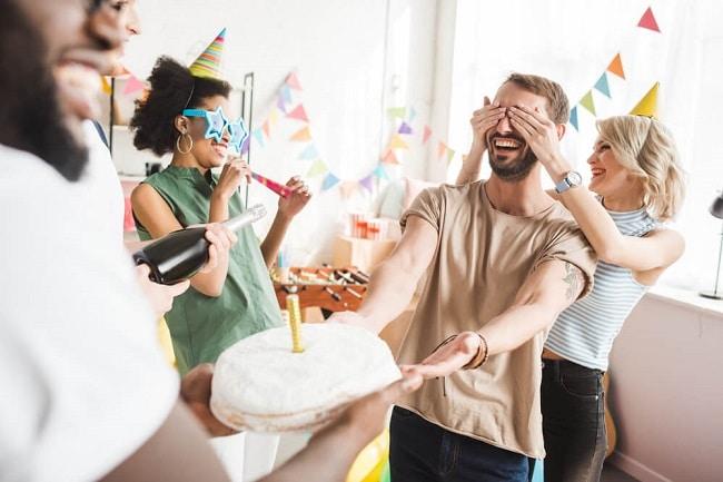 quà sinh nhật cho bạn trai bữa tiệc bất ngờ