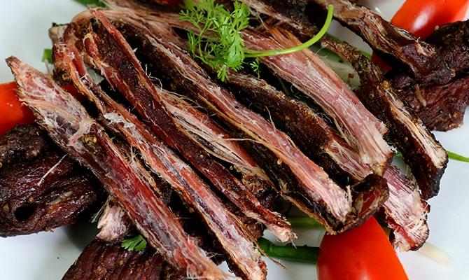 Top 10 đặc sản miền Bắc trứ danh làm quà - Thịt trâu gác bếp