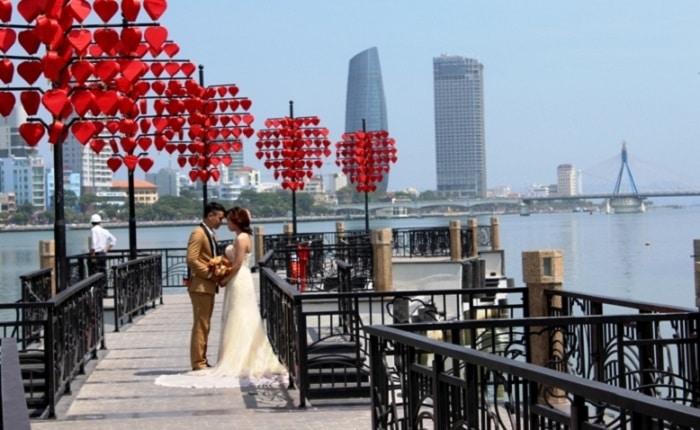 Top 10 địa điểm chụp hình cưới đẹp như mơ tại Đà Nẵng - Cầu tình yêu