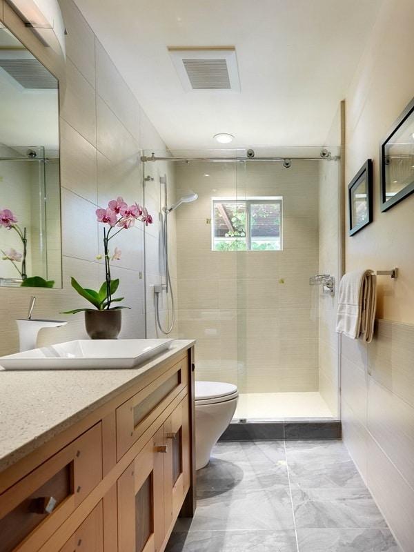 Phòng tắm với cửa sổ kính