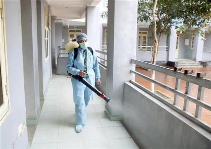 Phun thuốc khử trùng diệt khuẩn tại công ty anh thư