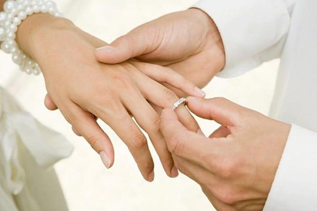 Tại sao phải đeo nhẫn cưới ở ngón áp út