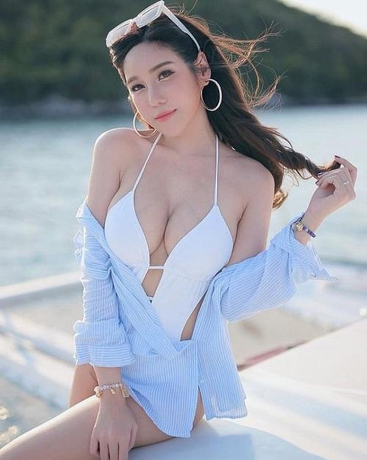 Bật mí những cách quấn khăn giúp bạn thêm quyến rũ khi đi biển - Áo khoét ngực hở ngực