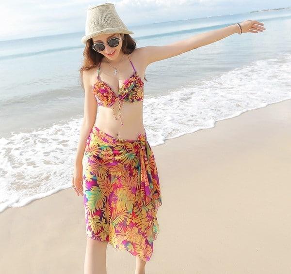 Bật mí những cách quấn khăn giúp bạn thêm quyến rũ khi đi biển - Biến khăn thành Bikini