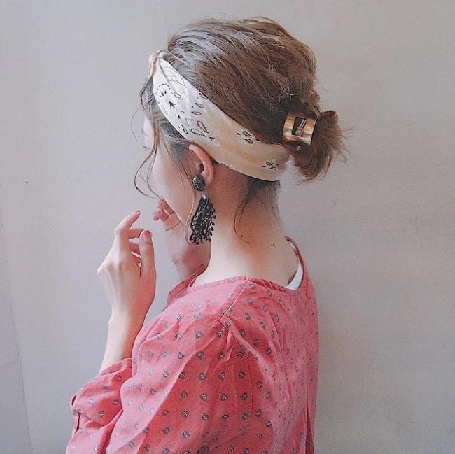 Cách thắt khăn dải lụa vuông turban xoắn