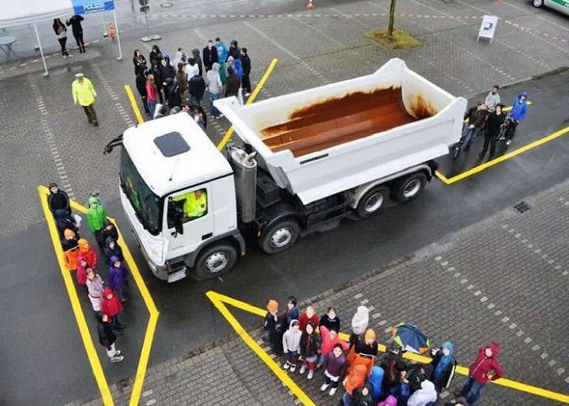 Điểm mù xe tải là gì?