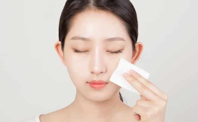 Cách sử dụng nước hoa hồng cho da mụn hiệu quả