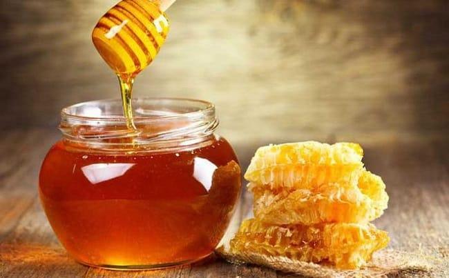 Cách trị thâm môi bằng mật ong