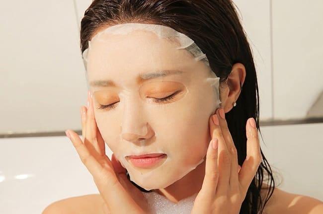 Sử dụng mặt nạ dưỡng da mặt