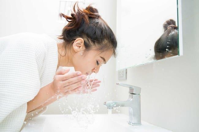 Rửa mặt bằng nước muối có tác dụng gì?