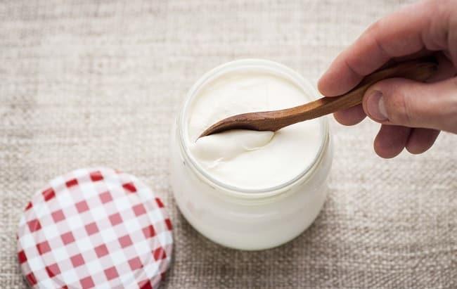 Cách trị mụn gạo quanh vùng mắt bằng sữa chua
