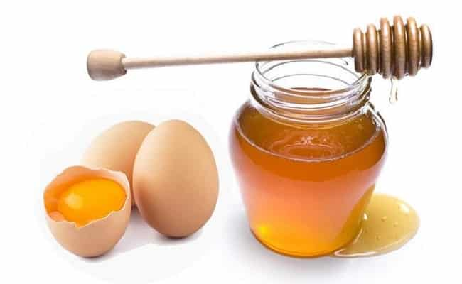 Trứng gà và mật ong giúp làm trắng da tay chân tại nhà
