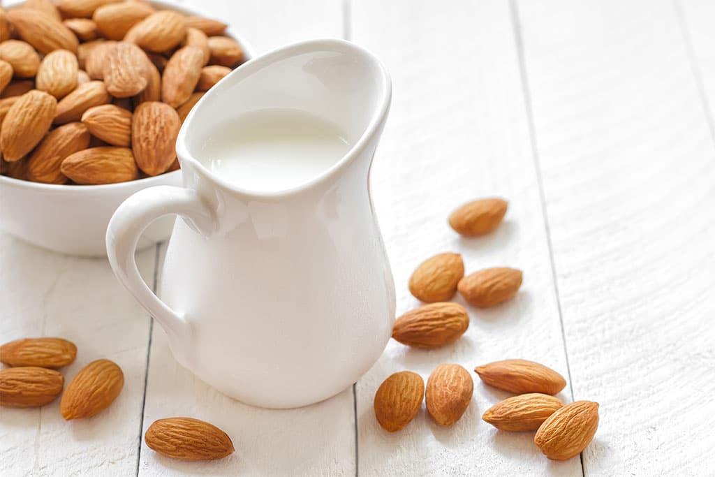 Cách trị thâm mắt tại nhà bằng sữa cùng hạnh nhân
