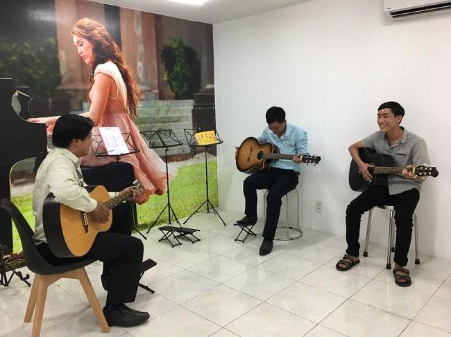 Học guitar tại Trung tâm âm nhạc Việt Thương