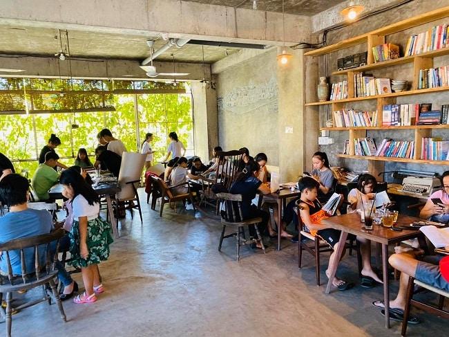 Tủ sách tại The LIB Coffee & Books