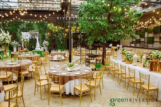 Tổ chức tiệc cưới ngoài trởi tại Riverside Palace