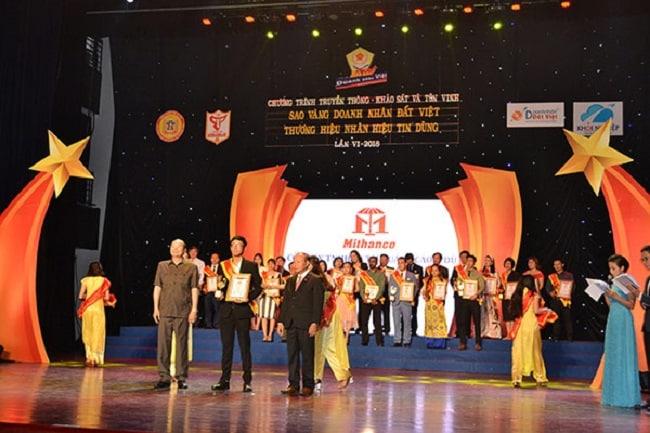 Dù Minh Thành nhận giải thương hiệu sao vàng doanh nhân đất Việt 2018